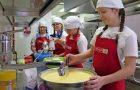 Kuharski mojstri skuhali kosilo v šolski kuhinji